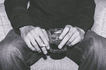 Fumar y beber alcohol multiplica el daño en el cerebro