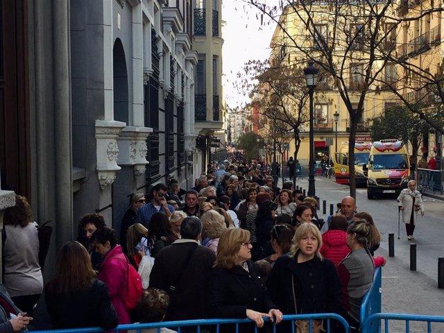 El besapiés al Cristo de Medinaceli convoca en Madrid a una multitud de devoto