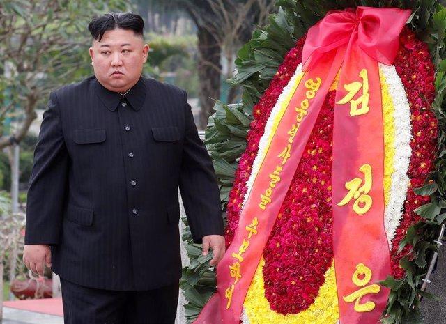Kim Jong Un deposita una corona de flores en Hanói