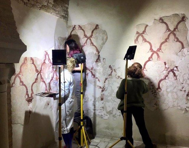 Los trabajos de restauración de las pinturas murales en Baños Árabes descubren m