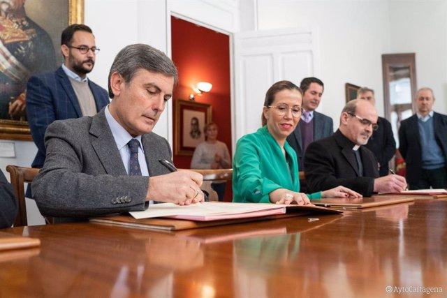 Saura firma el convenio con Ayuntamiento y Obispado