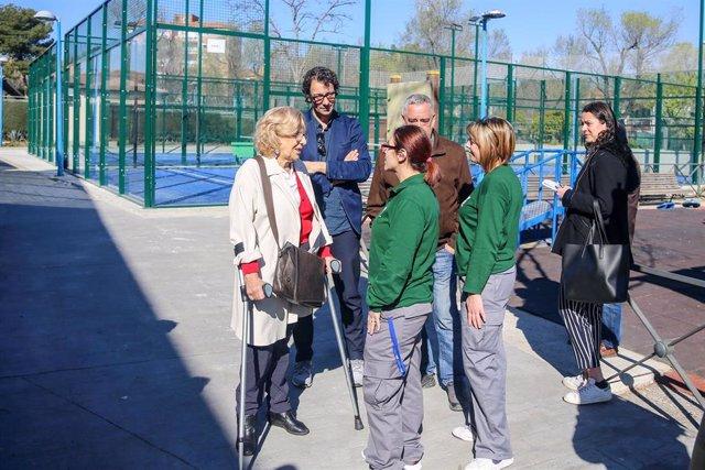 Manuela Carmena visita el barrio de Entrevías (Madrid) para conocer los trabajos