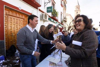 """La Diputación de Almería y ecologistas reparten más de 1.000 cepas de parras en Fondón como """"apuesta por la tradición"""""""
