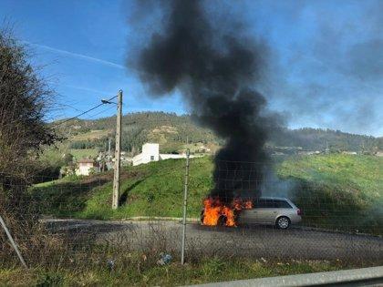 Sofocado el incendio de un vehículo en las proximidades de la AS-II, en Oviedo