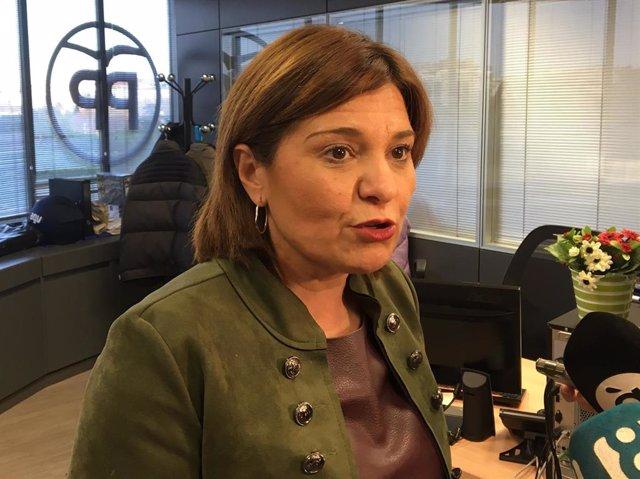 La presidenta del PPCV, Isabel Bonig, atiende a los medios