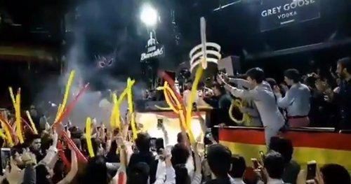 Santiago Abascal hace de DJ en una fiesta de jóvenes de Vox