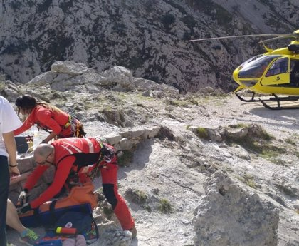 Trasladada en helicóptero al hospital una mujer que se rompió una pierna en la Ruta del Cares