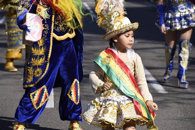 Un desfile multicultural por Carnaval toma las calles de Prosperidad con música,