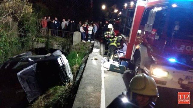 Herido leve y evacuado a Laredo después de ser excarcelado de su coche, que cayó
