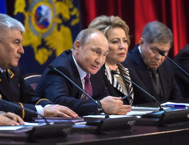 Putin meets with Russian Internal Affairs Ministry