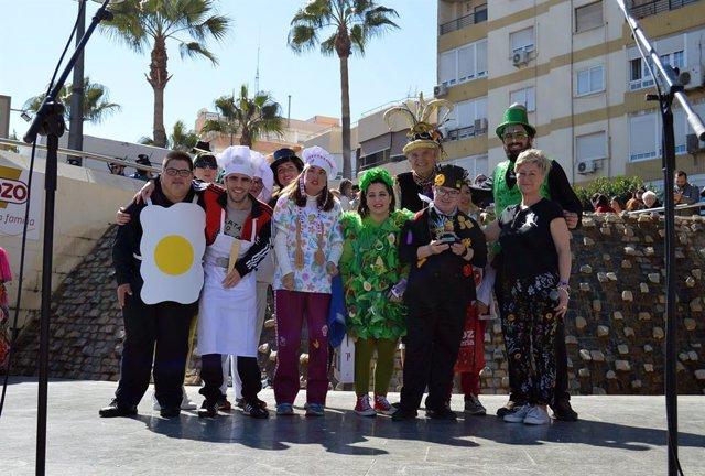 Cientos de almerienses participan en el desfile, concurso de disfraces y fiesta