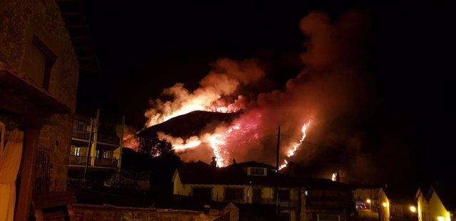 Activos 21 de los 61 incendios provocados de noche en Cantabria que obligaron a