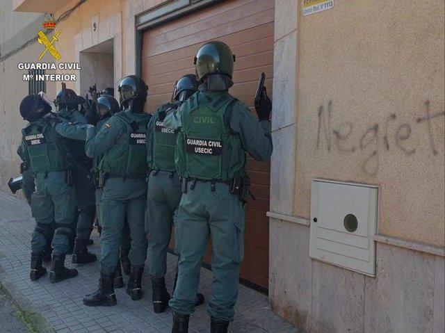 Efectivos de la Guardia Civil en la operación 'Fabrilia'
