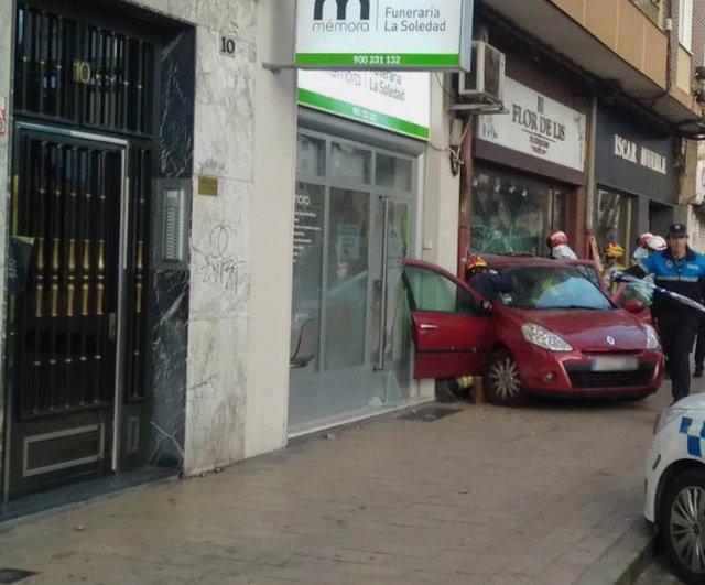 Un coche se empotra marcha atrás contra un escaparate y daña otra cristalera en