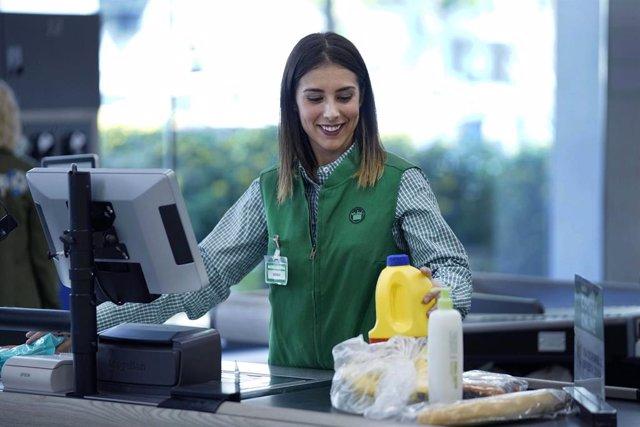 Una treballadora amb el nou uniforme de Mercadona