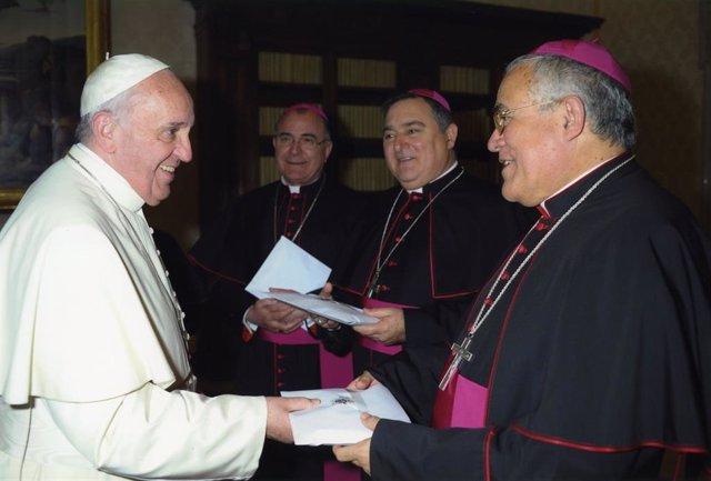 Demetrio Fernández (dcha.) con el Papa en una visita a Roma