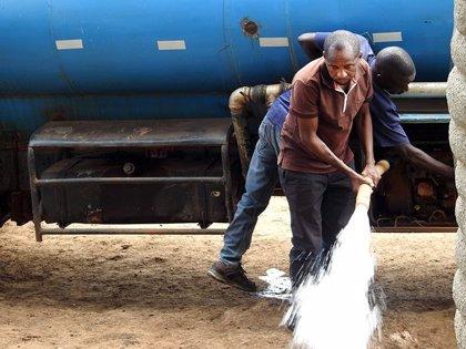 Desde hace tres años, este hombre abastece con agua a los animales silvestres azotados por la sequía en Kenia