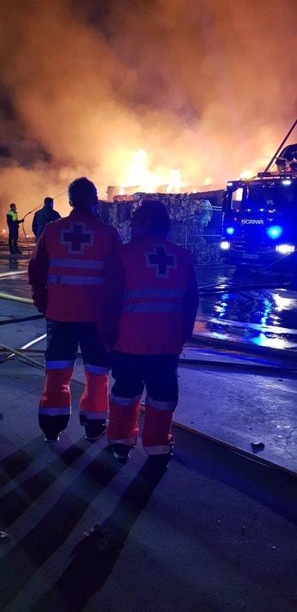 Asistido por inhalación de humos un bombero que trabaja en la extinción de un incendio en Almendralejo