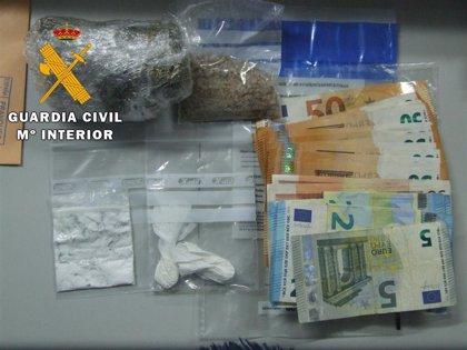 Dos detenidos en un control con marihuana, MDMA, speed y cocaína en el coche
