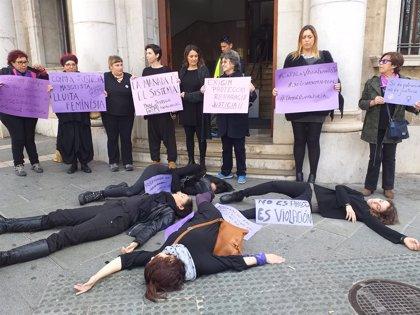 """Una dotzena de feministes protesten contra la """"violència judicial patriarcal"""" amb una 'performance' davant els Jutjats"""
