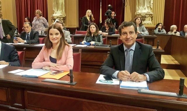 Margalida Prohens y Biel Company en el pleno del Parlament