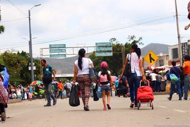 Migrantes venezolanos en la frontera con Colombia