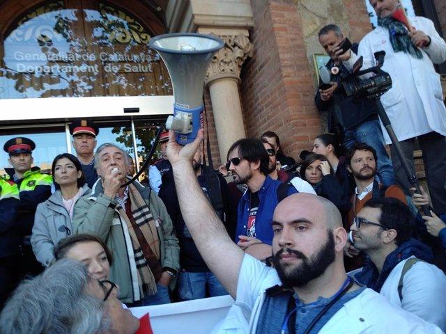 Manifestación de médicos ante la Conselleria de Salud durante la huelga