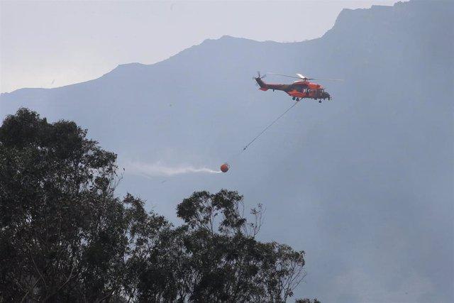 Labores de extinción del incendio forestal en la localidad asturiana de Soto de