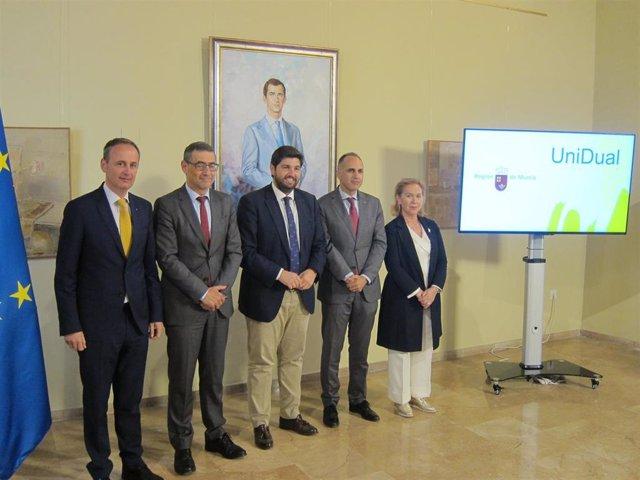 López Miras y Celdrán, acompañados por los rectores de la UMU, la UPCT y la UCAM
