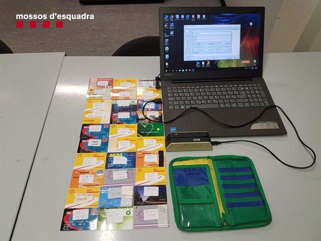 Successos.- Detingut a La Jonquera (Girona) per falsificar targetes per pagar ca