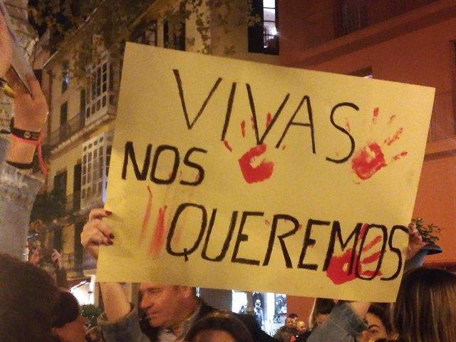 Pancarta en la concentración por la mujer apuñalada en Palma