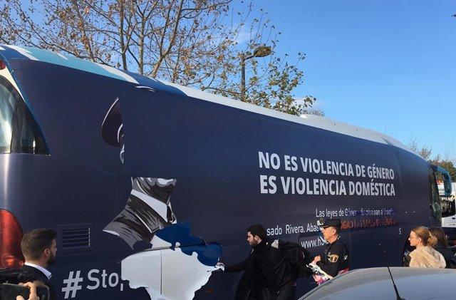 Policía Local de València retiene el autobús de HazteOír y lo conduce a la centr