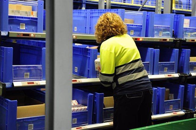 Imagen de archivo de una trabajadora en una empresa