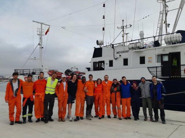 Tripulación del buque de rescate Alan Kurdi tras atracar en el puerto de Palma