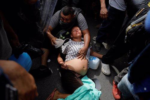Varias personas y niños de la caravana de migrantes que atraviesa América