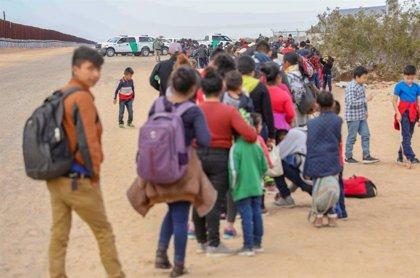 El número de familias migrantes que cruzan a Estados Unidos bate records en febrero
