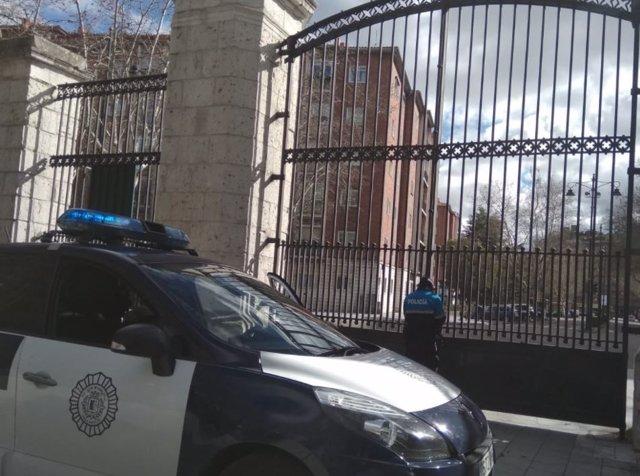Un policía cierra el acceso a Campo Grande de Valladolid