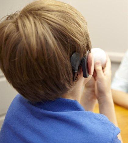 Los niños que llevan un implante coclear desde antes de los 12 meses aprenden más rápido a hablar