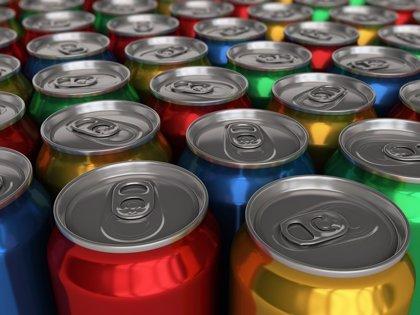Asocian las bebidas gaseosas y azucaradas a síntomas más graves en esclerosis múltiple
