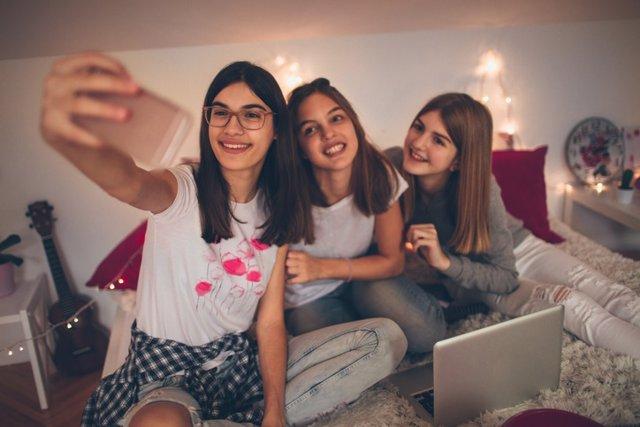 Adolescentes: peligros de las redes y el bienestar emocional