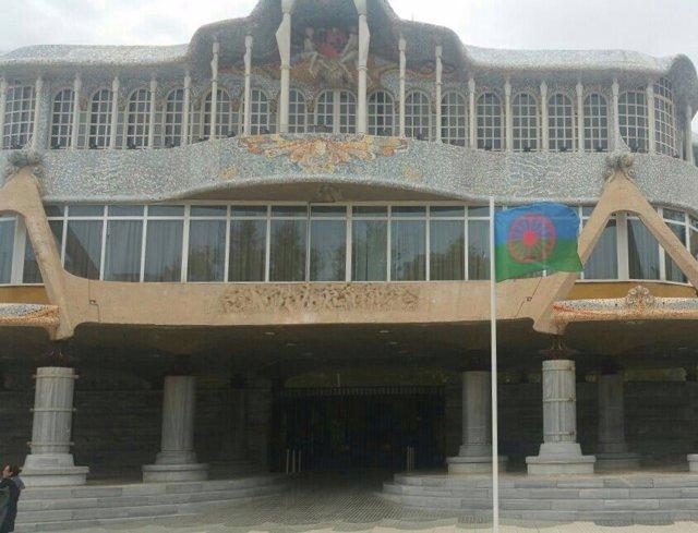 La bandera gitana ondea en la Asamblea Regional
