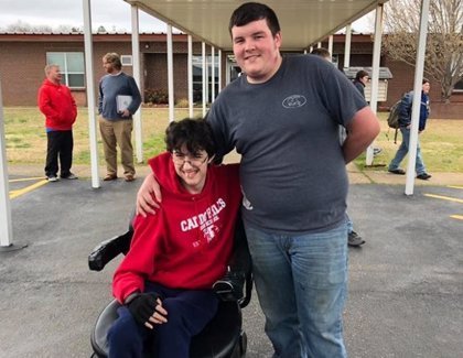 Un estudiante de secundaria ahorra durante dos años para sorprender a un amigo con una silla de ruedas eléctrica