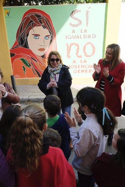 El CEIP 'Huerta de Santa Marina' de Sevilla estrena nuevo mural dentro de la programación de la Ruta del 8 de Marzo