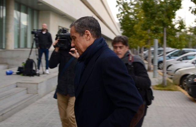 El expresidente de la Generalitat valenciana, Eduardo Zaplana, acude a firmar al
