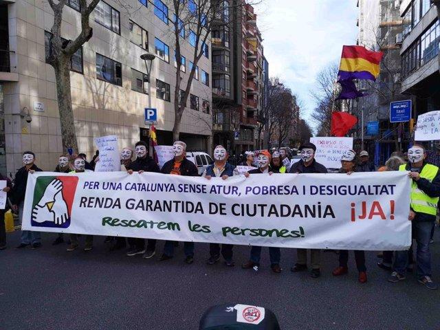 Un centenar d'activistes protesten pels incompliments en l'RGC enfront de