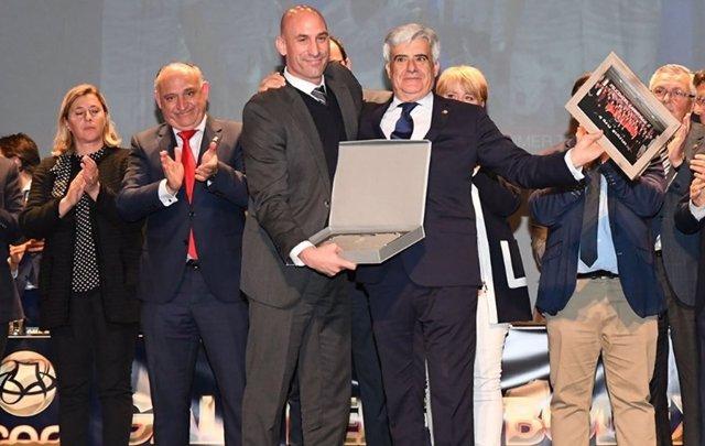 Fútbol.- Rubiales recibe la insignia de oro y brillantes de la Federación Extrem