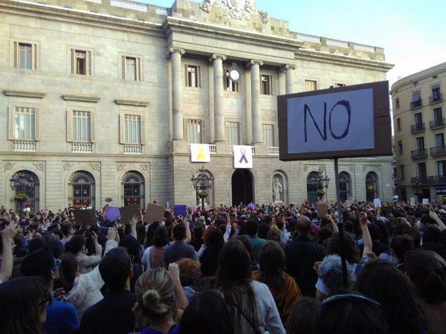 Miles de personas llenan plaza Sant Jaume por la sentencia de 'La Manada'