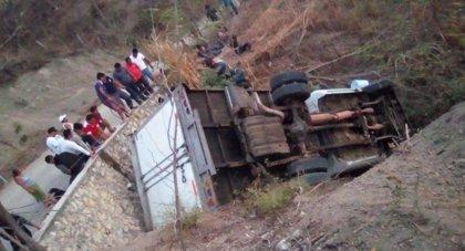 Mueren al menos 25 migrantes por el accidente de un camión en el sur de México