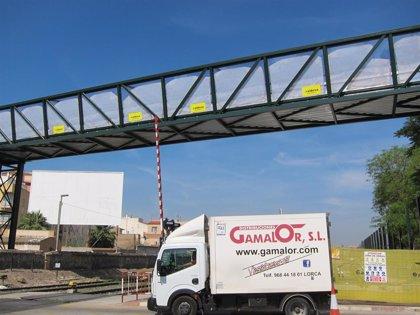 Adif pone en funcionamiento la pasarela peatonal en las inmediaciones del paso a nivel de Santiago el Mayor