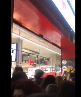 Piquetes de la huelga feminista hacen una cacerolada a las puertas del supermerc
